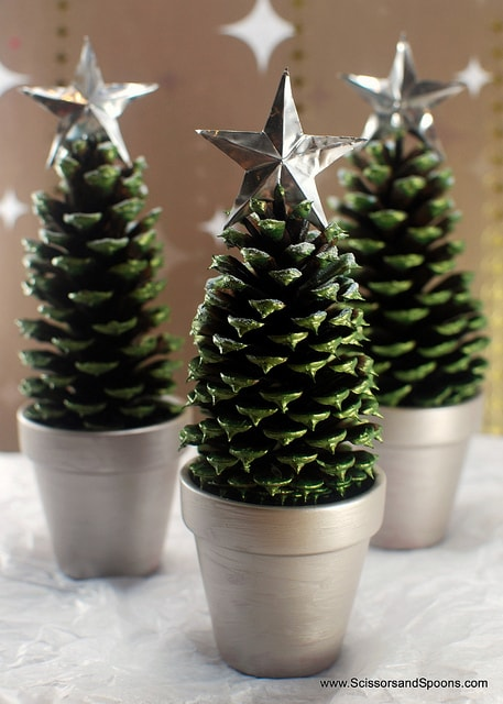 Christmas Decoration at no Cost | Pinecones Christmas Trees with a silver or gold star | Via www.sweethings.net