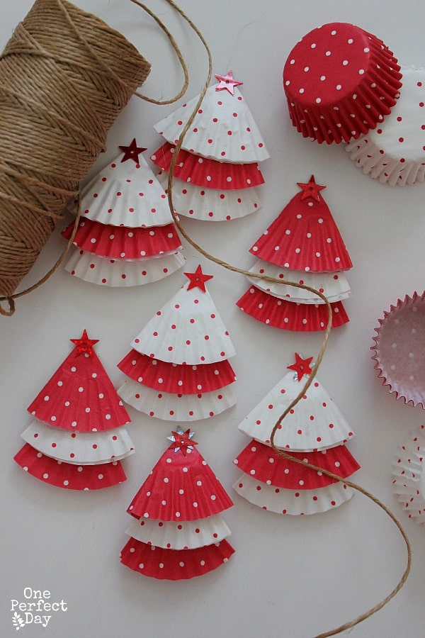 Christmas Decoration at no Cost | Cupcake Wrap Christmas Tree with twine and stars | Via www.sweethings.net