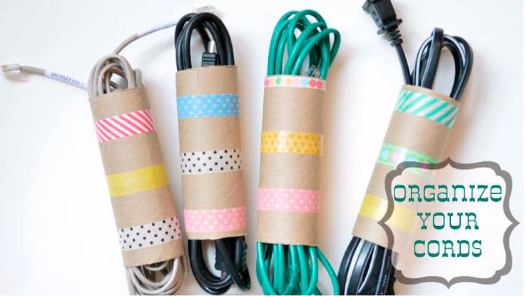 Organiza tus cables con rollos de carton | Reciclar | DIY | Via www.sweethings.net