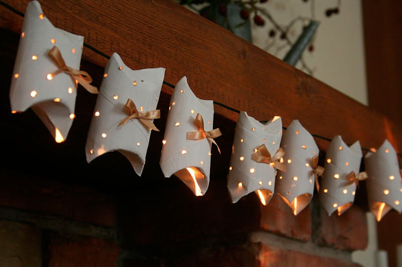 Guirnalda con luces y rollos de carton | Reciclar | DIY | Via www.sweethings.net