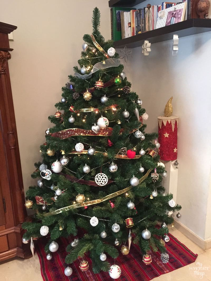 This is how we decorate our Christmas tree, DIY ornaments, craft ornaments and a mix of tids and bits | Via www.sweethings.net