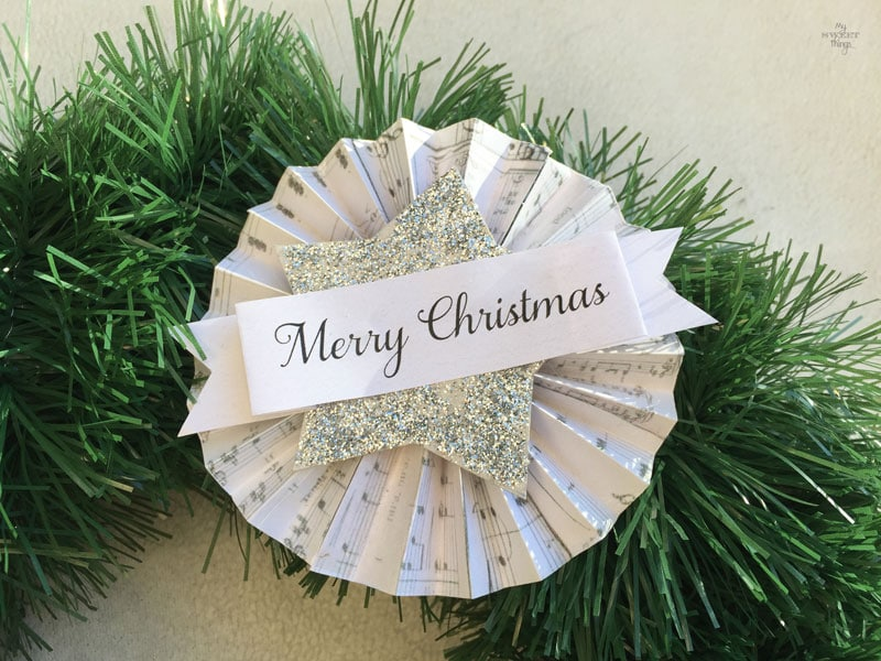 How to make an easy and chic DIY Christmas wreath, using cardboard, pine cones, nuts and a tinsel | Via www.sweethings.net