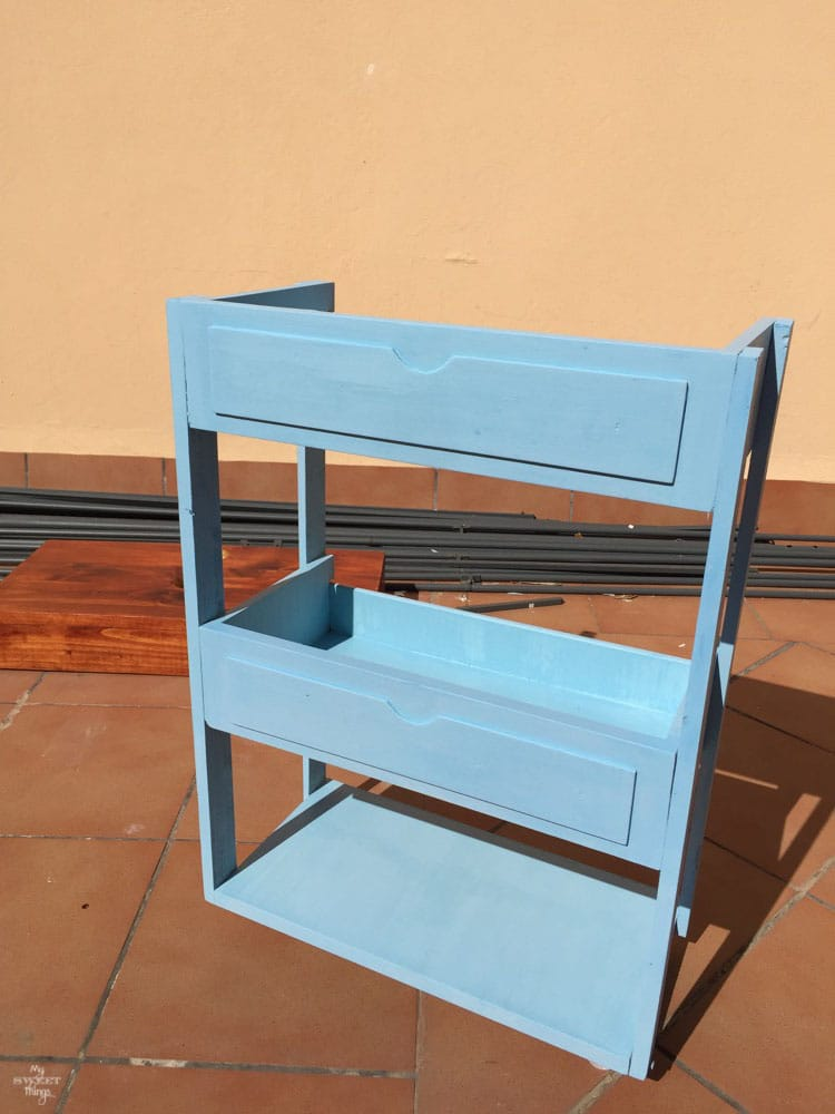 DIY Three tiered rolling cart out of two drawers, finishing the paint job · Via www.sweethings.net