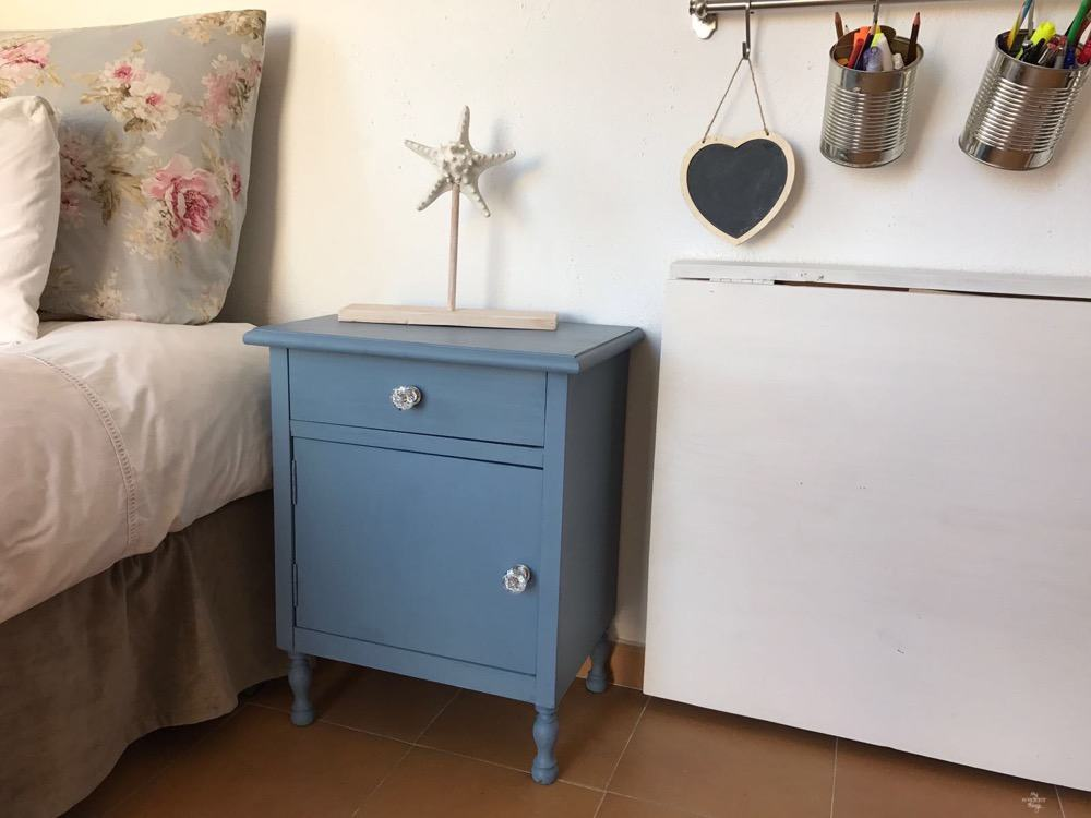 An old bedside table gets a makeover with some milk paint and glass knobs · Via www.sweethings.net