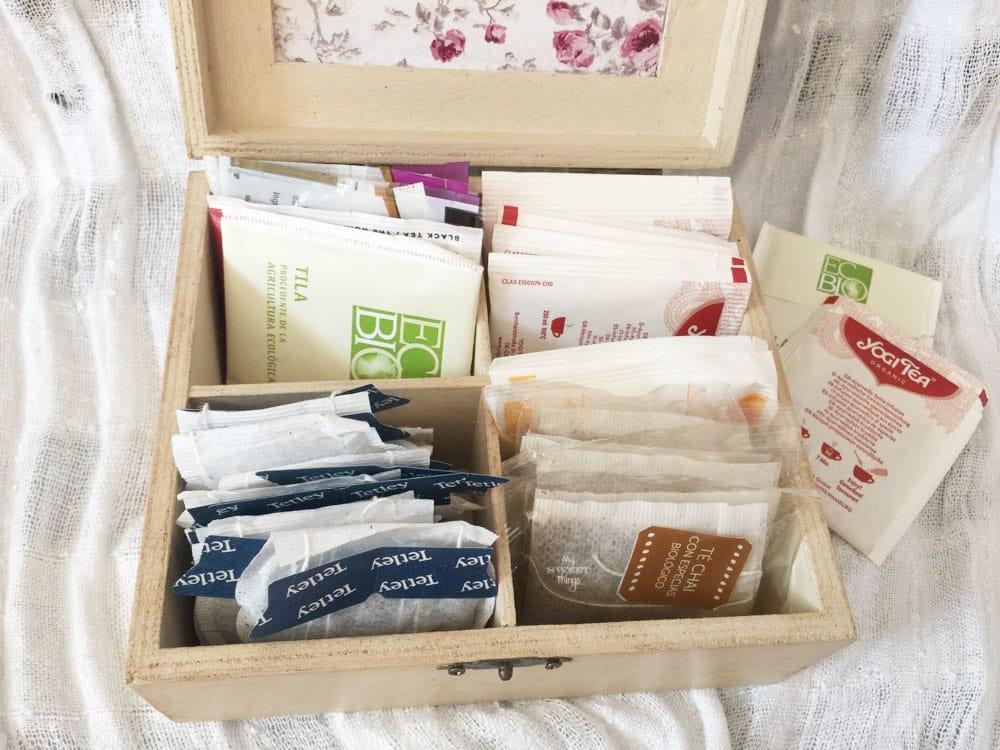 Romántica caja de té actualizada con pintura y decoupage · Via www.sweethings.net