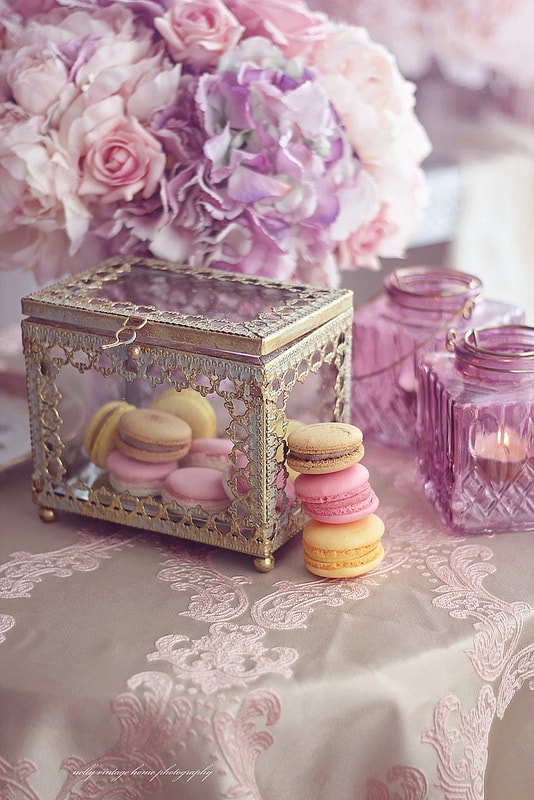 Awesome DIY Gifts and Flowers for Mom's Special Day · Beautiful vintage box and flowers  ·  Via www.sweethings.net
