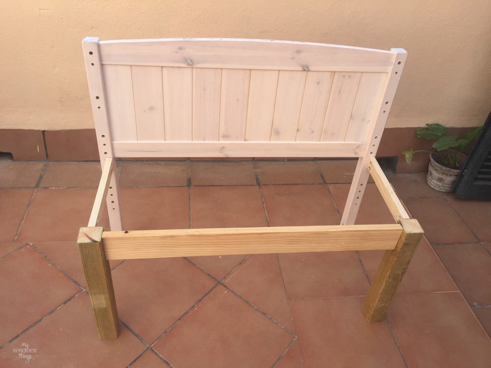 How to make twin benches out of two headboards · Via www.sweethings.net