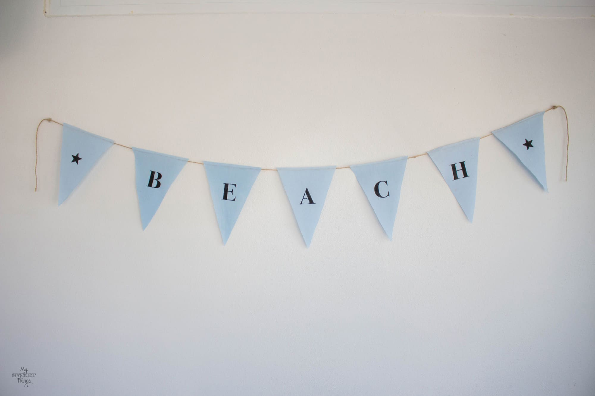 Beach banner out of pieces of scrap fabric · Via www.sweethings.net