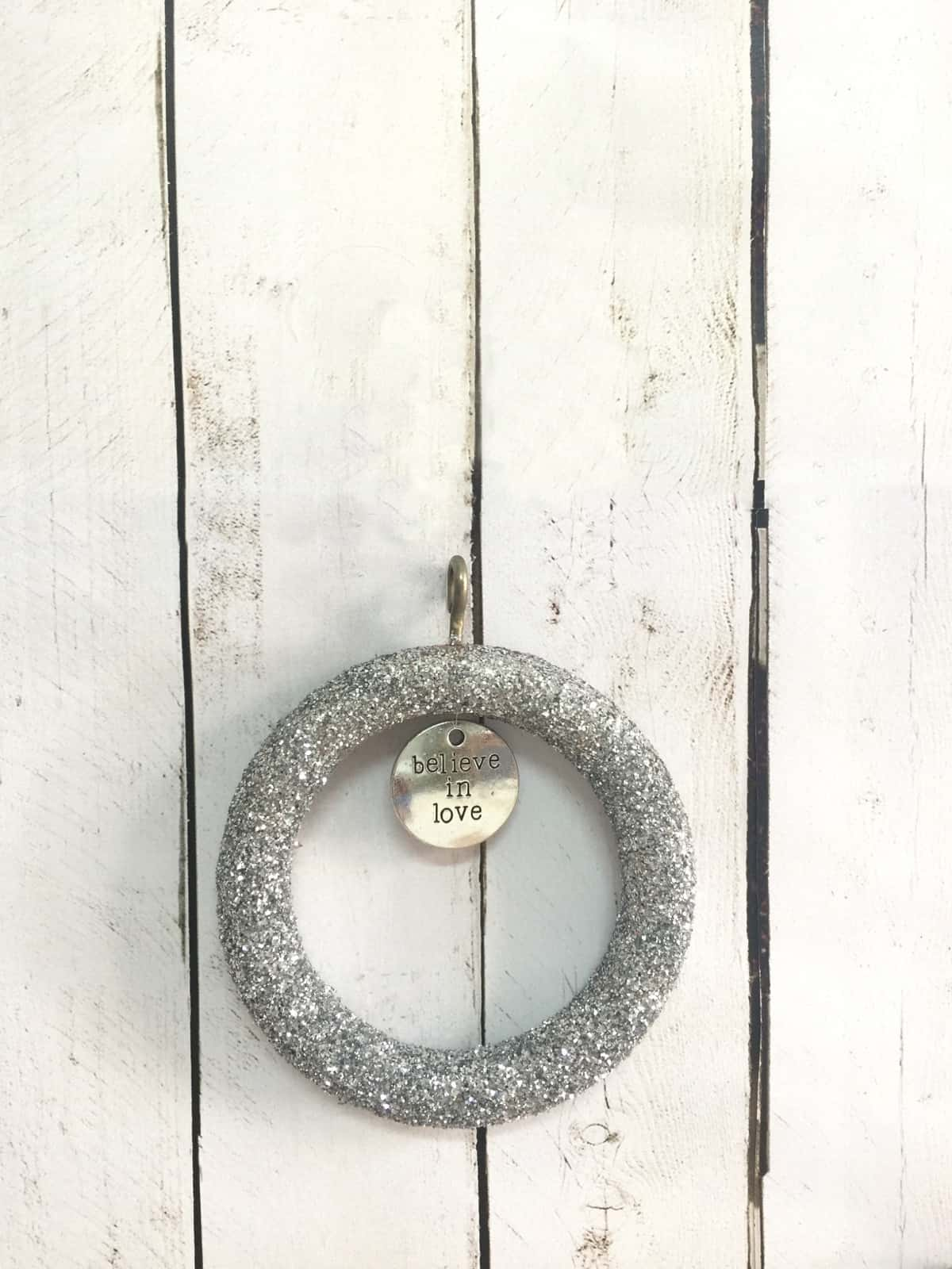 How to make a curtain ring Christmas ornament with glitter · Via www.sweethings.net