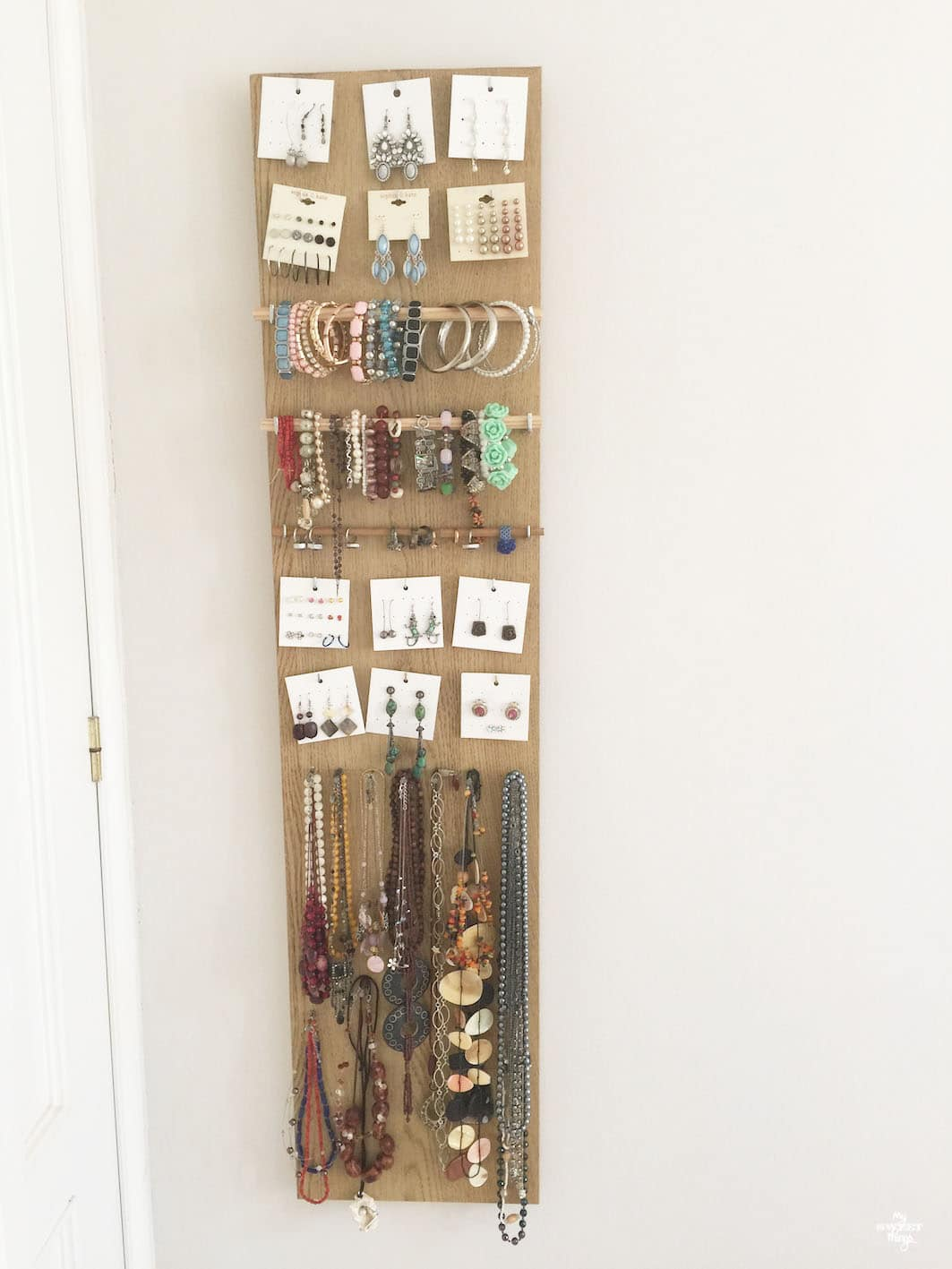 Easy and quick DIY jewelry holder out of scrap wood · Via www.sweethings.net