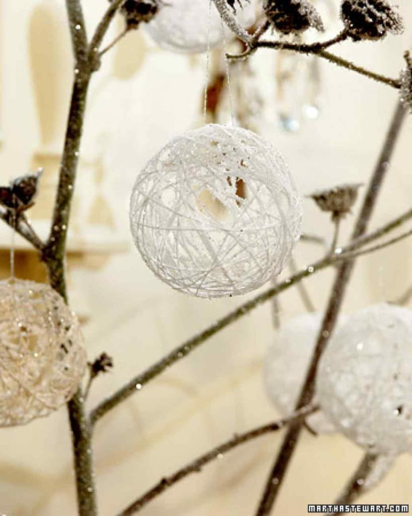 Christmas Decoration at no Cost | Yarn snowballs with glitter | Via www.sweethings.net