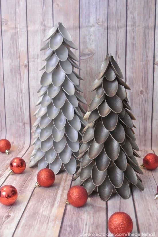 Christmas Decoration at no Cost | Spoon Christmas Tree and several ornaments | Via www.sweethings.net