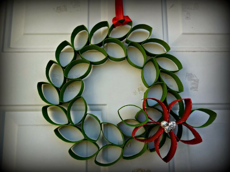 Christmas Decoration at no Cost | Toilet Paper Roll Wreath made with paint and glitter | Via www.sweethings.net