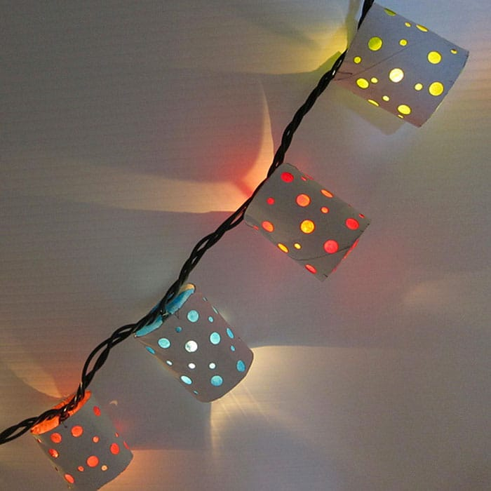 Luces de navidad con rollos de carton | Reciclar | DIY | Via www.sweethings.net