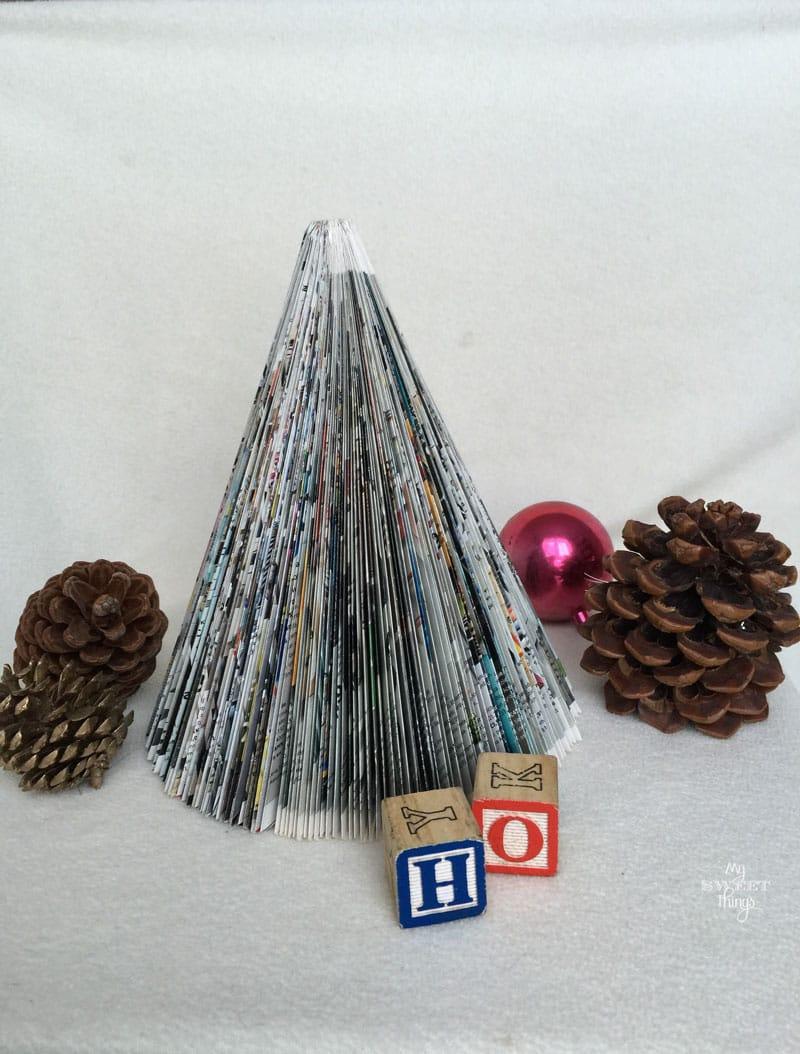 Como hacer un árbol de Navidad con una revista, con sólo tres sencillos pasos | Via www.sweethings.net