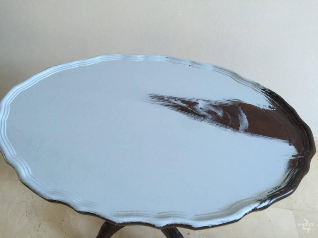 Mesita durante la transformación con pintura para crear una mesita auxiliar de dos tonos | My Sweet Things