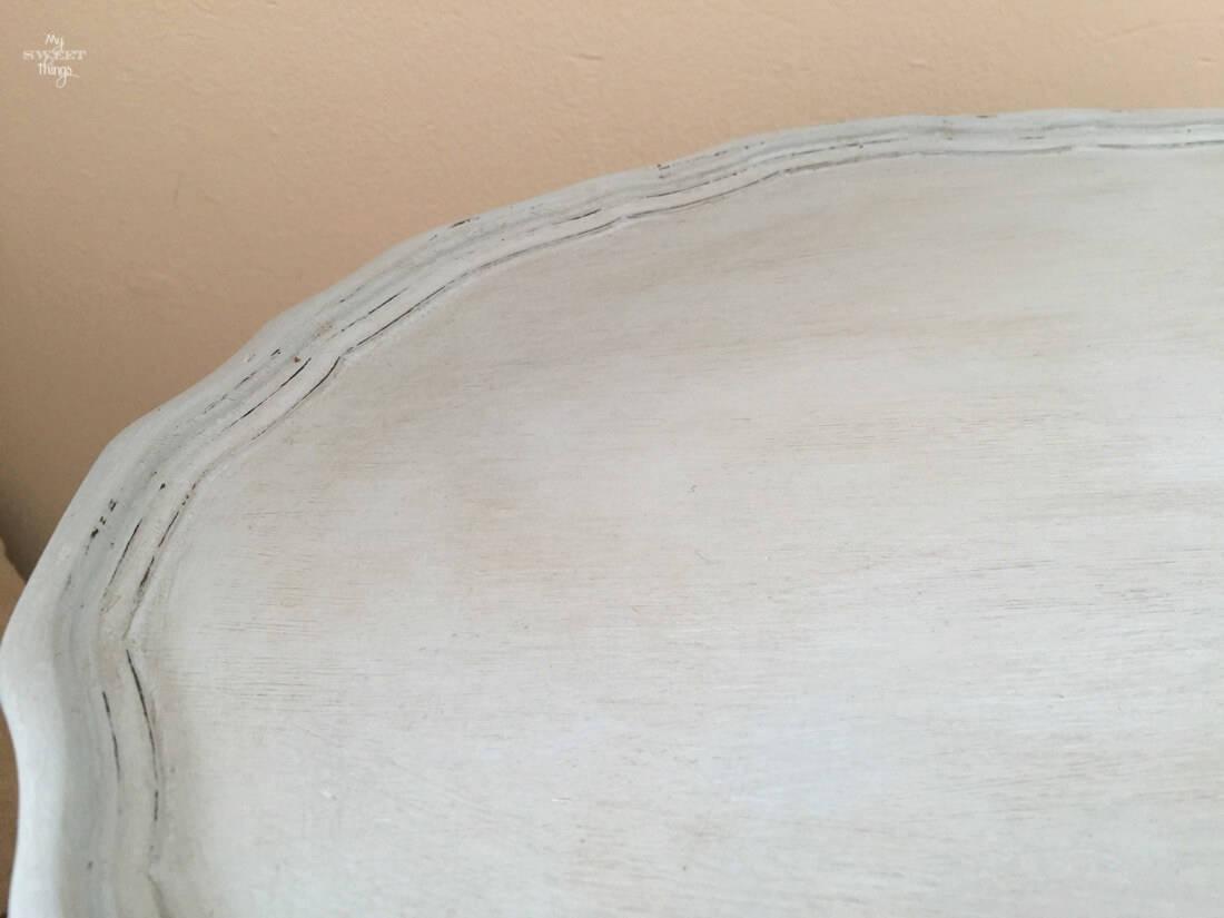 Mesita durante la transformación con pintura para crear una mesita auxiliar de dos tonos, con el sobre lijado para un efecto rustico o shabby | My Sweet Things