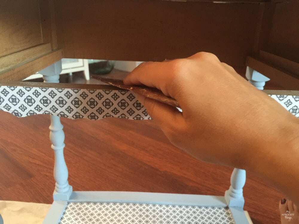 Como transformar mobiliario con decoupage y pintura de leche · Lijar los bordes para un acabado profesional