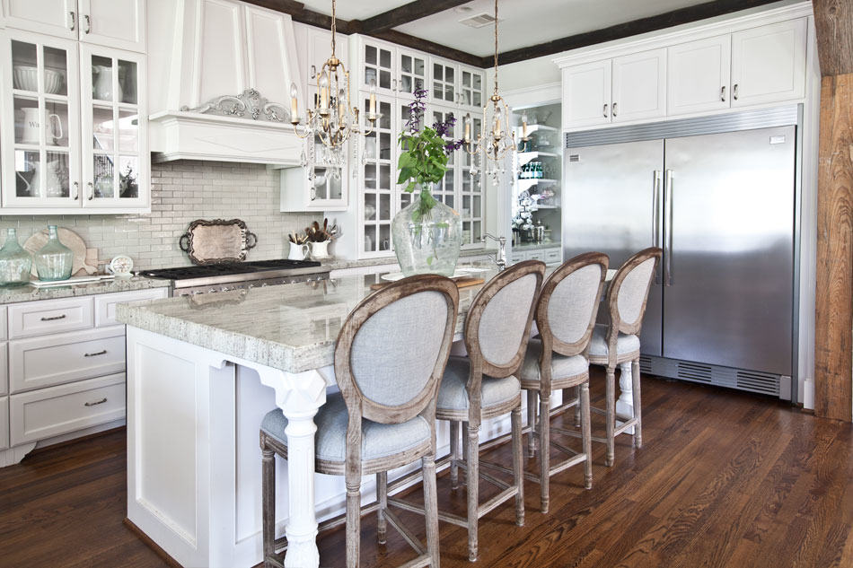 Dreamy kitchens with lovely barstools  ·   Via www.sweethings.net
