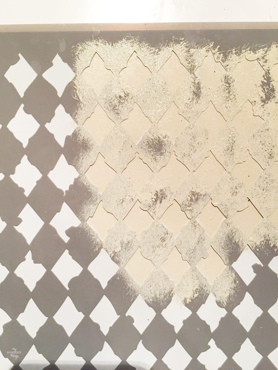 Reciclando unos zapatos de bebe con un marco de fotos como regalo de San Valentin  ·  Pintando con stencil o plantilla de Arlequin  ·  Via www.sweethings.net