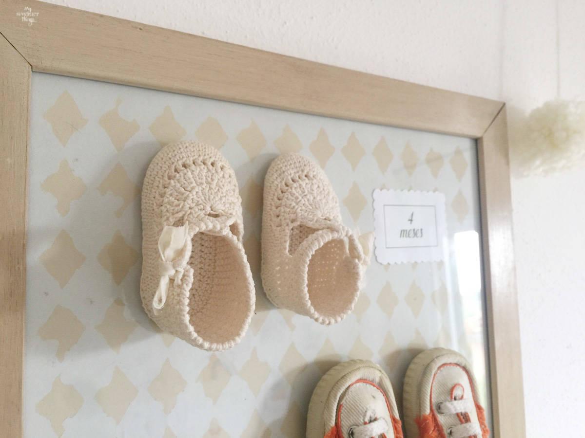 Reciclando unos zapatos de bebe con un marco de fotos como regalo de San Valentin  ·  Via www.sweethings.net