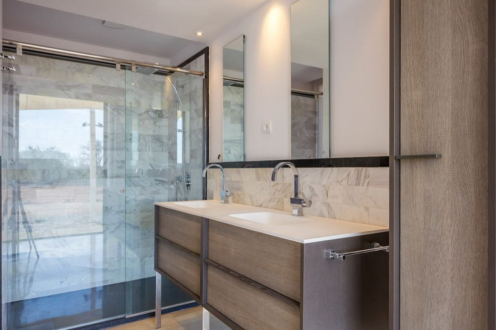 Modern property with sea views which has a bright and airy look · Master bathroom · Via www.sweethings.net