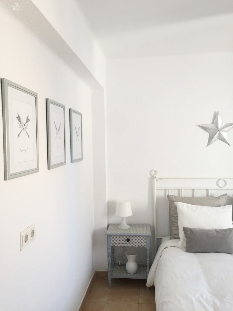 How to get a bright look in your bedroom on a budget, add little details such boho style pictures, pillows in coordinating colors and decor elements such a star · Via www.sweethings.net
