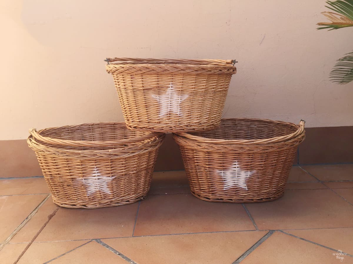 How to update wicker baskets in 5 minutes the easy way with some paint and stencils · Via www.sweethings.net