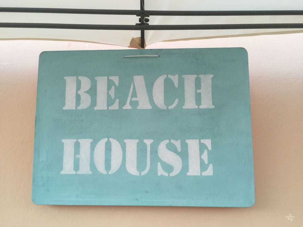 How to create a textured and weathered beach sign using paint and Saltwash · Via www.sweethings.net