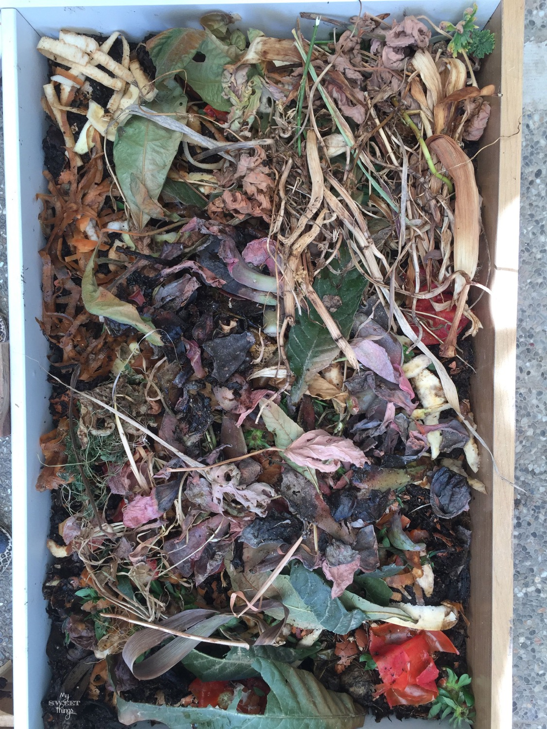 DIY Worm Compost Bin for vermicomposting · Via www.sweethings.net #compost #hummus #compostin #vermicomposting