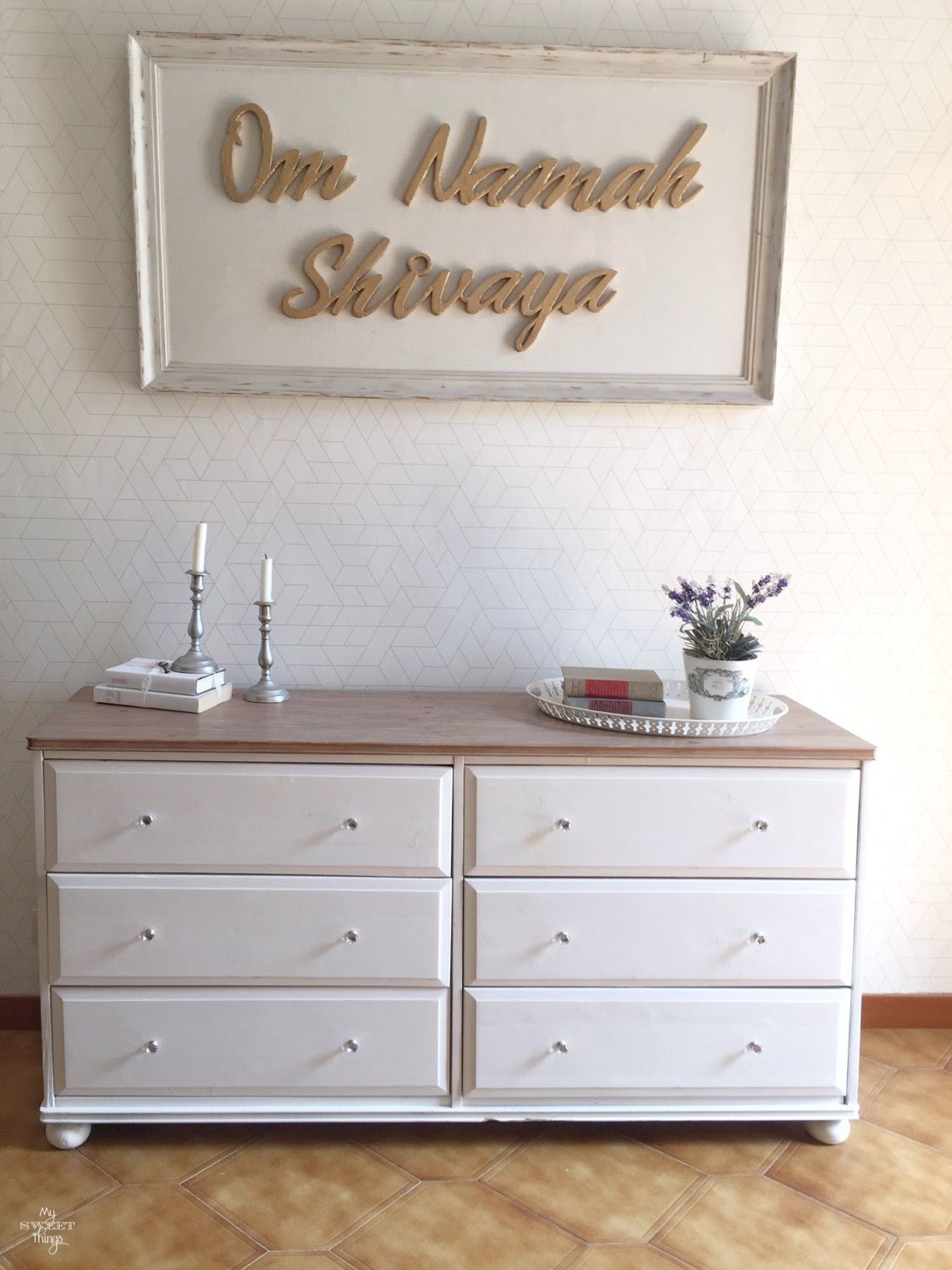 Two toned sideboard makeover · Walnut and off white · Via www.sweethings.net #two-tone #dresser #sideboard #makeover #furniture