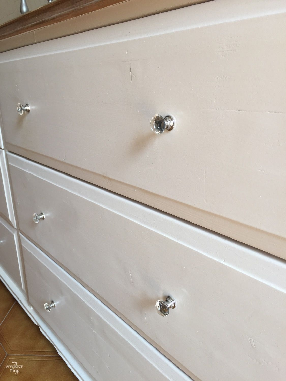 Two tone sideboard makeover · Walnut and off white · Via www.sweethings.net #two-tone #dresser #sideboard #makeover #furniture