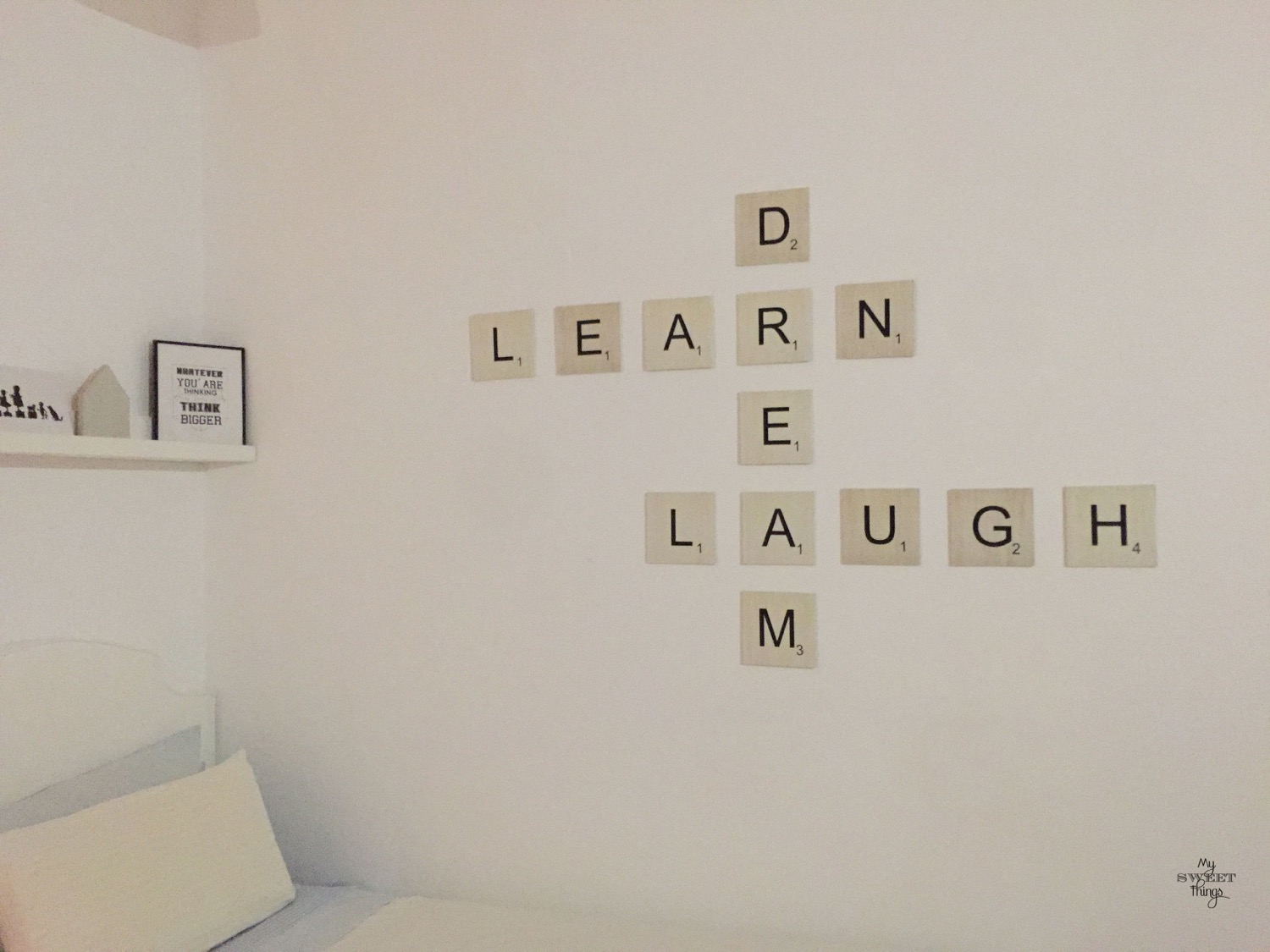 Decoracion de pared con Scrabble · Via www.sweethings.net