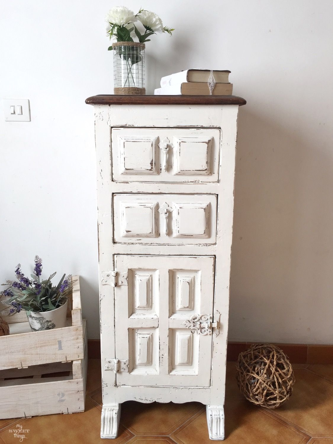 Farmhouse Style Side Table · Painting with DIY chalk paint · Distressed furniture · Via www.sweethings.net