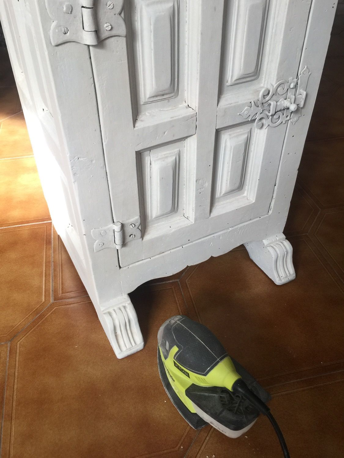 Farmhouse Style Side Table · Painting with DIY chalk paint · Via www.sweethings.net