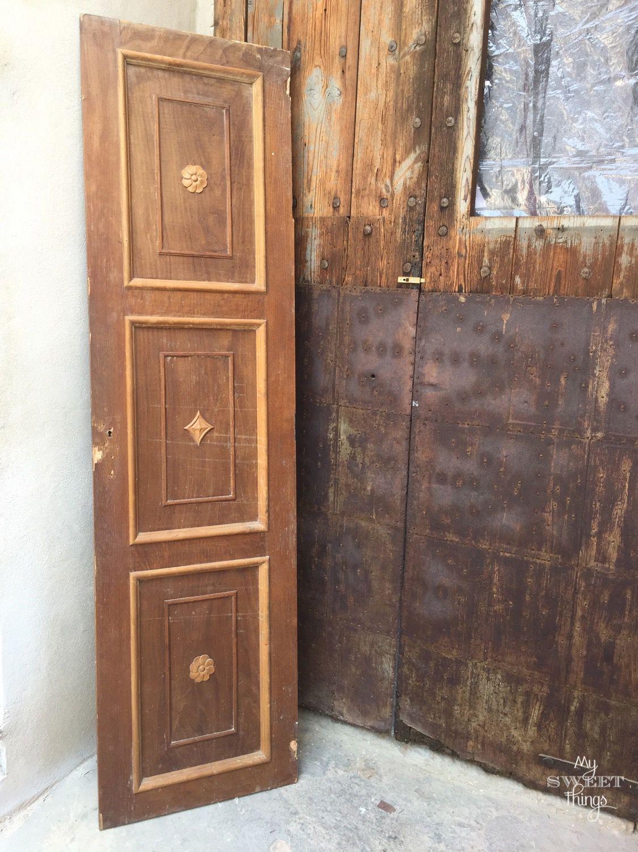 Reciclar una puerta de madera en un colgador vintage · Via www.sweethings.net