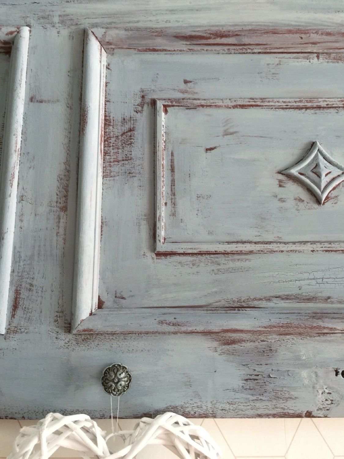 Reciclar una puerta de madera en un colgador vintage · Red barn & Federal Blue Old Fashioned Milk Paint · Via www.sweethings.net