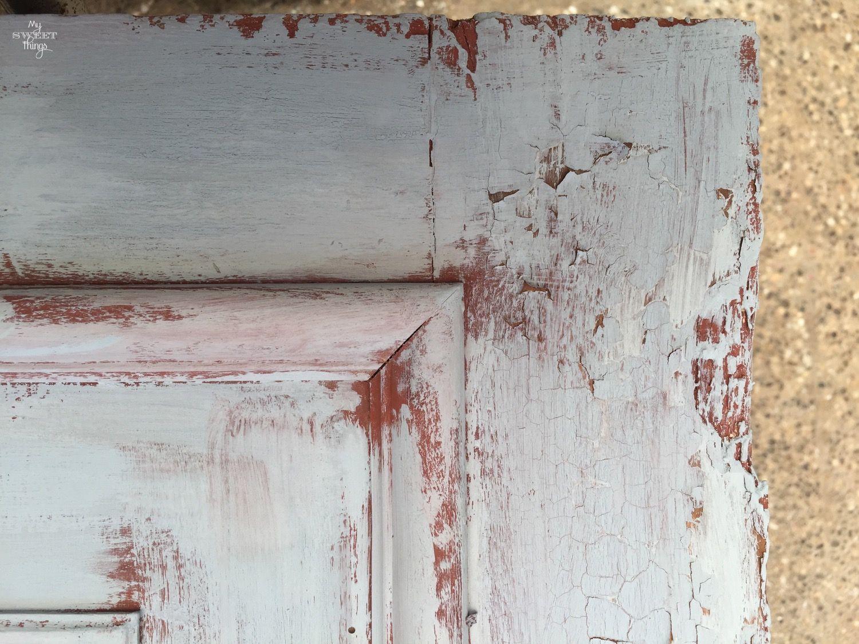 Reciclar una puerta de madera en un colgador vintage · Red barn & Federal Blue Old Fashioned Milk Paint · Via www.sweethings.net