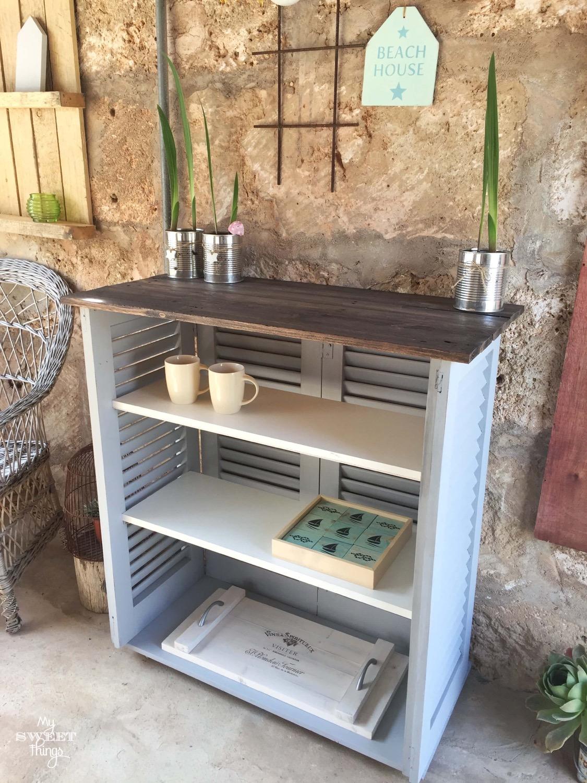 Persianas mallorquinas recuperadas y madera de palet convertidos en mueble auxiliar · Via www.sweethings.net