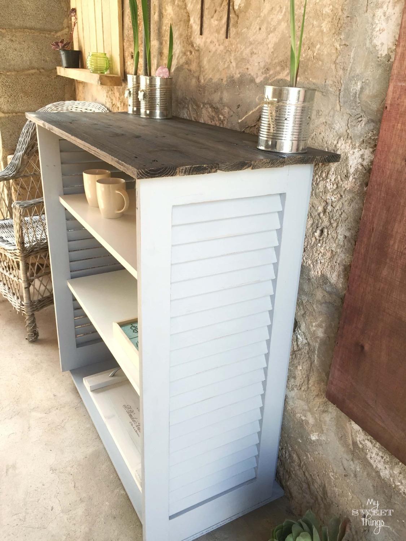 Persianas de madera recuperadas y madera de palet convertidos en mueble auxiliar · Via www.sweethings.net
