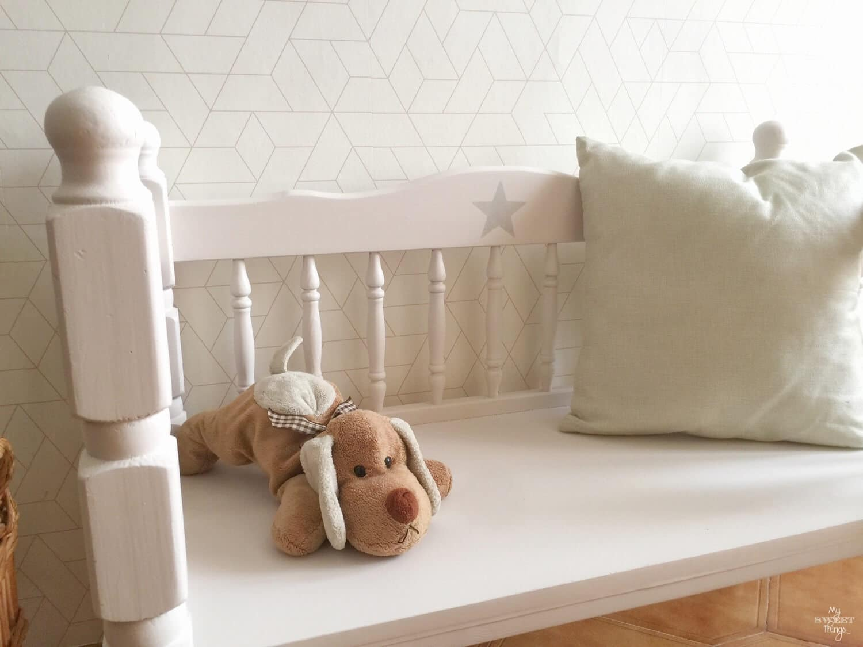 Banco infantil hecho con pieceros de cama · Via www.sweethings.net